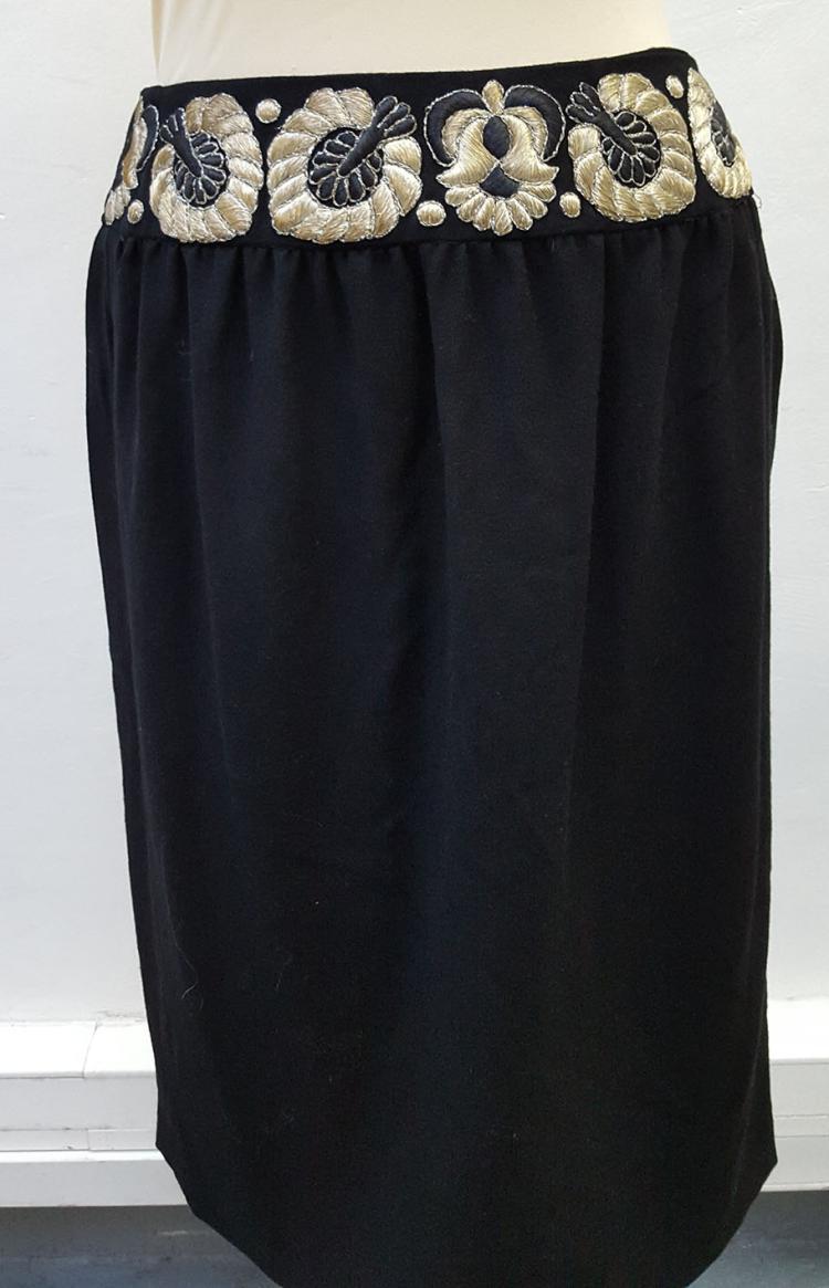 VALENTINO Boutique  Jupe noire brodée de feuilles beige doré à la taille.