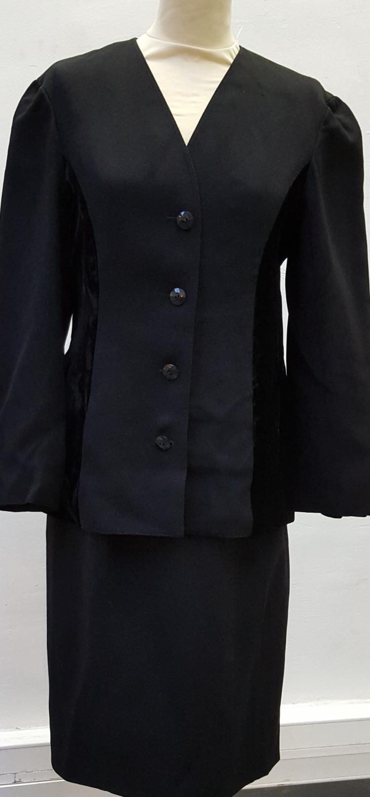VALENTINO Boutique Tailleur veste et jupe noir empiècement de velours, boutons