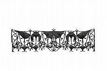 Antoni Gaudi (1852-1926) dans l'esprit de   Rare grille de balcon en fer forgé patiné noir à décor de masques grotesques,   de serpents, d'oiseaux fantastiques.   H. : 80 cm. L. : 285 cm.