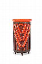 Daum Nancy et Louis Majorelle (1859-1926)   Vase de forme cylindrique en verre marbré dans les tons   d'orange enchâssé dans une monture en fer forgé. Signé des   deux.   H. : 32 cm.