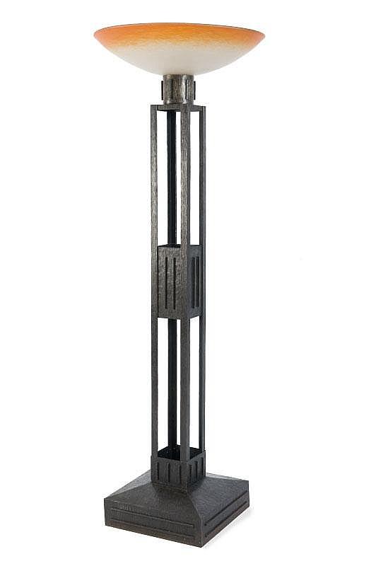 Charles Schneider (1881-1953)Grand lampadaire à large coupe en verre marbré dans les tons debeige et orange reposant sur un piètement en fer forgé martelé àmontants ajourés et large base trapézoïdale.Signé. H. : 175 cm.