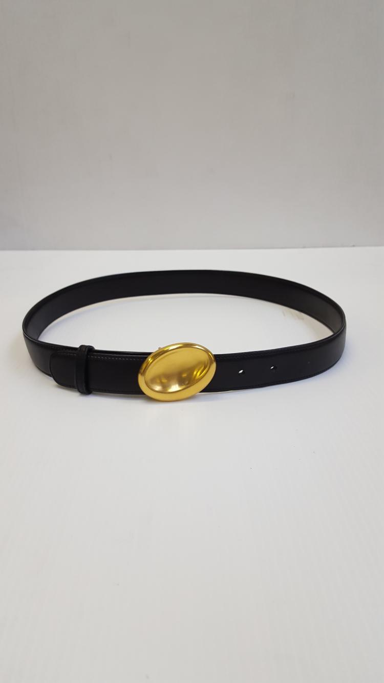 7c67a3fa41e4 Lot 271  GUCCI Ceinture en cuir noir boucle ovale dorée.