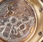 Audemars Piguet Royal oak en or, quantième perpétuel et phases de lune, automatique. N°105. Mouvement mécanique à remontage automatique. Calibre 2120-2. Fond squelette et masse squelettée et gravée. Poignet : 17,2 cm. Poids brut : 178g. Facture