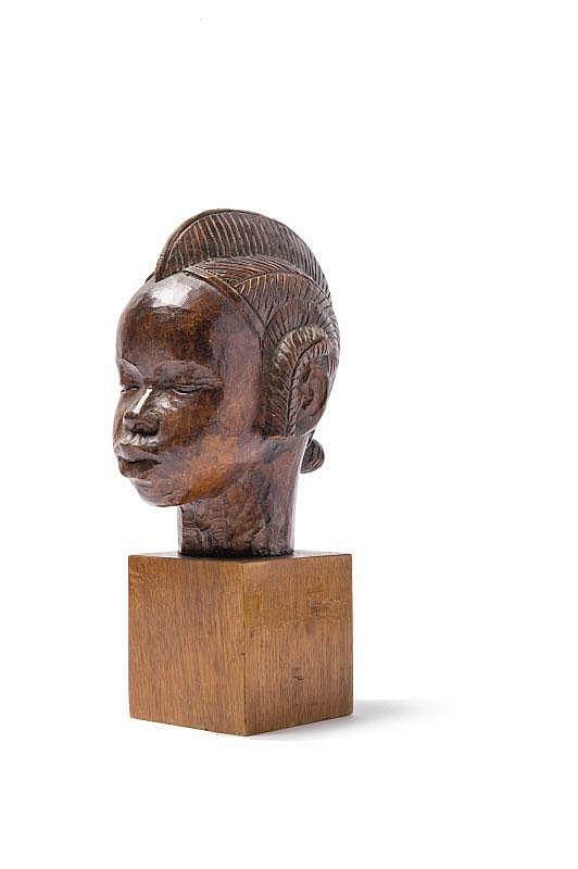Roger Favin « Tête d'Africaine ». Sculpture en bois patiné. Signée.H. : 18 cm. (avec le socle).