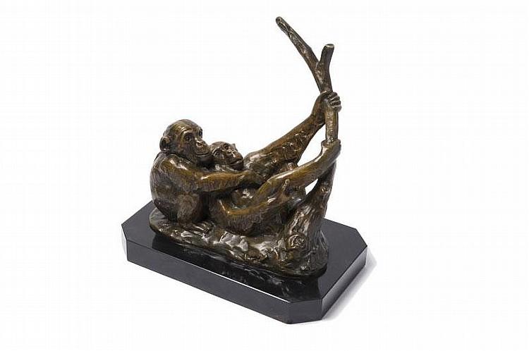 Irénée Rochard (1906-1984) « Couple de singes à la branche ». Groupe en bronze à patine médaillenuancée sur socle en marbre noir.Signé. H. : 24 cm. L. : 23 cm.
