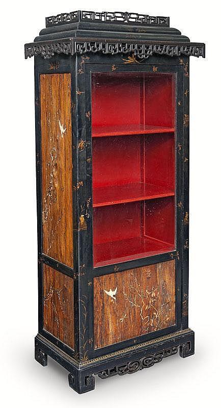 Alphonse Giroux (1775-1848) dans le goût de Vitrine de forme rectangulaire en bois laqué noir à motifs dorés dans le goût extrême-oriental ouvrant à une porte vitrée en partie haute. La partie basse et les côtés, en bois naturel, sont décorés de