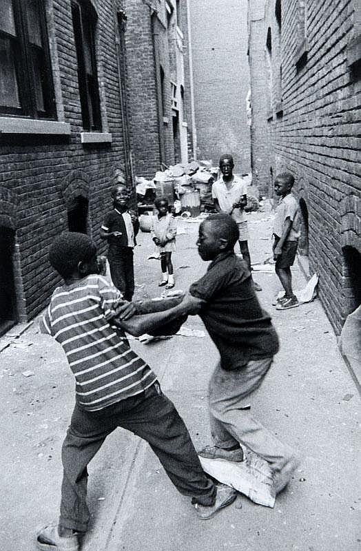 BURK UZZLE (né en 1938)Ghetto de Cleveland, 1968.Tirage argentique d'époque,tampon au dos.25.4 x 20.2 cm.