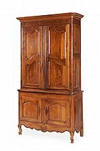 Buffet à deux-corps de style rustique Louis XV en bois naturel le corps supérieur sous corniche plate ouvrant à 2 portes cintrées à double défoncements. Le corps inférieur ouvre à 2 petites portes. Pieds cambrés. Garnitures métalliques. Epoque XIXème
