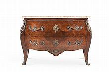Commode de style Louis XV à façade et côtés galbés sur pieds cambrés, entièrement marquetée de croisillons en bois de rose et amarante. Elle ouvre à 2 grands tiroirs. Garniture de bronzes ciselés (poignées de tirage, entrées de serrures, chutes et