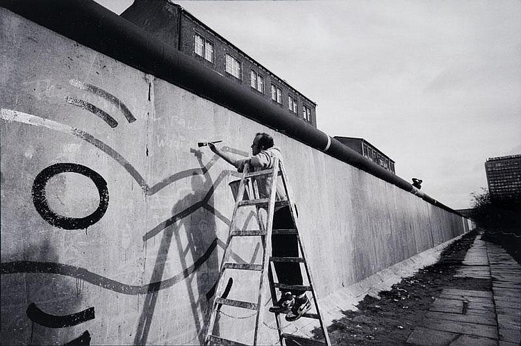 VLADIMIR SICHOV (né en 1945)Keith Haring, Berlin 1986.Tirage argentique postérieur, signé et titré.Encadré à vue : 50 x 70 cm.