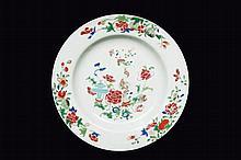 Paire d'assiettes en porcelaine famille rose