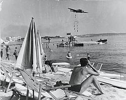 Edouard QUINN (1920-1997) Cannes, circa 1960. 2 tirages argentiques d'époque, annotations au dos. 24 x 30.4 cm. ; 30 x 24 cm.