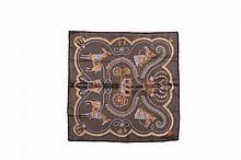 HERMES Paris   Gavroche en soie imprimée marron glacé   et titré « Pageroles ».   Dans sa boîte.   Bon état.