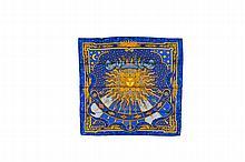HERMES Paris   Carré en soie bleue imprimée, titré « Carpe Diem ».   Dans sa boîte.   Bon état.