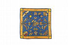 HERMES Paris Made in France   Carré en soie imprimée « Soies volantes » dans des tons   bleu et orangé de Loïc Dubigeon.   Dans sa boîte.   Bon état