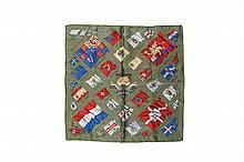 HERMES Paris   Gavroche en soie imprimée fond vert, titré « Pavois ».    Dans sa boîte.   42 x 42 cm.   Bon état