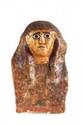 MASQUE ÉGYPTIEN En cartonnage de toile stuquée et peinte : perruque striée à deux pans retombant sur le collier ousekh. Visage doré, yeux peints en noir, perruque, et plastron polychrome. (Restaurations et consolidations). Egypte. Basse Epoque. H. :