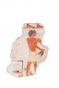PORTEUR D'OFFRANDE Fragment de peinture murale figurant un homme, vêtu d'un pagne court noué, marchant à droite, les bras tendus tenant un canard. Coiffure en calotte. Hiéroglyphes dans le champ. Polychromie d'origine. (Restaurations et