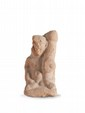 HARPOCRATE ITHYPHALLIQUE  En terre cuite, représenté nu, assis sur une plateforme ;  phallus démesuré sur l'épaule.  Egypte. Epoque romaine.  H. : 11 cm.