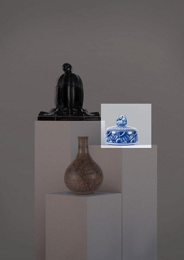 Maurice GENSOLI (1892-1972) Bonbonnière ronde en grès dans les tons de bleu à décor géométrique stylisé sur le pourtour et sur le couvercle, personnage en ronde-bosse enserrant un poisson. Monogrammée en dessous et datée 28.