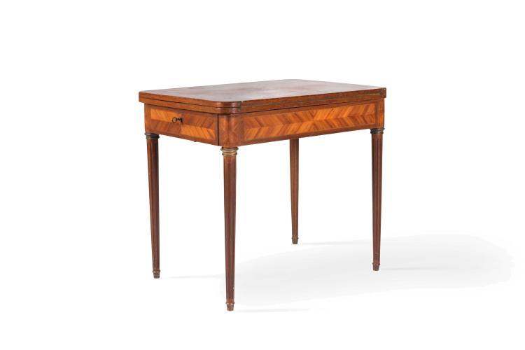 Table en bois de rose aux coins arrondis, reposant sur des p