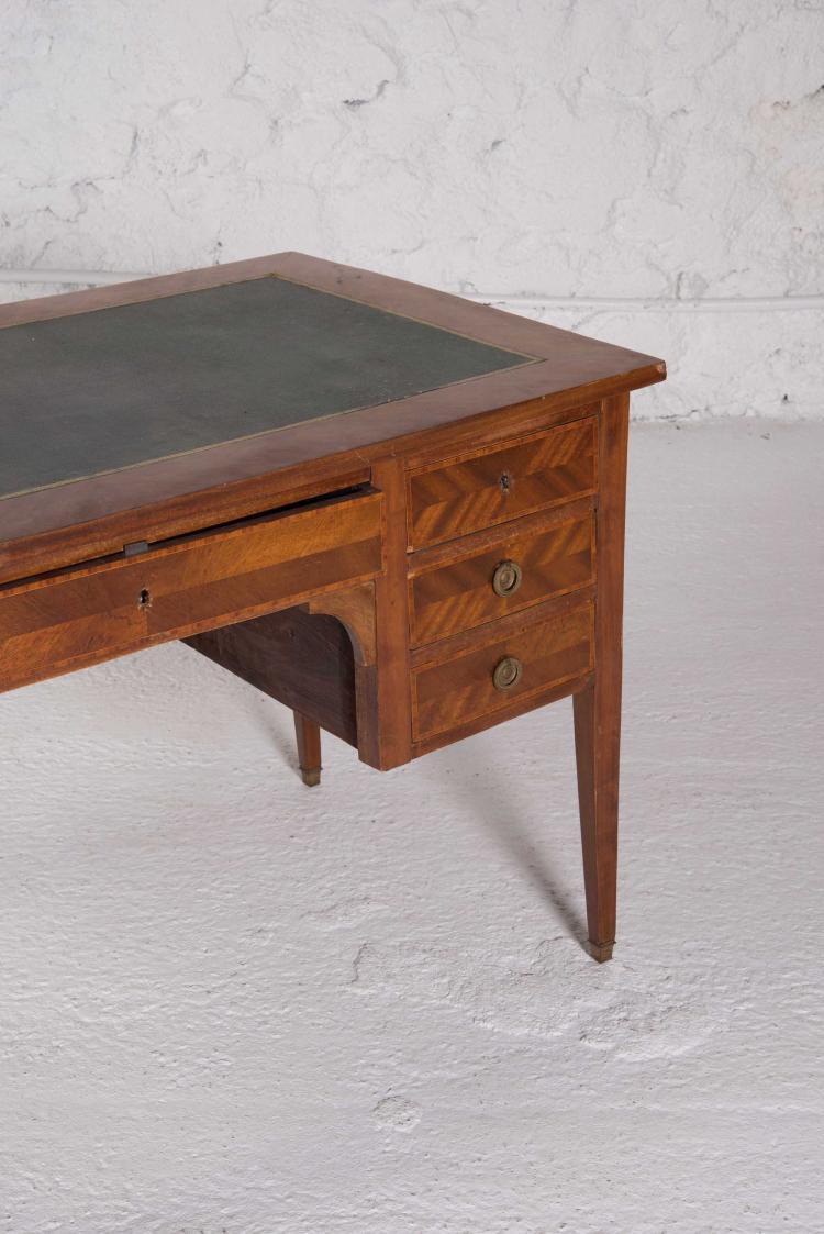 bureau a caisson en bois fruitier ouvrant a six tiroirs et r. Black Bedroom Furniture Sets. Home Design Ideas