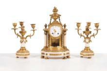 Garniture de cheminee de style Louis XVI en bronze dore et marbre blanc comprenant: