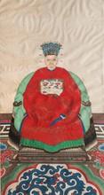 Peinture, encre et couleur sur papier Chine, début du XXème siècle. Représentant une vieille femme assise sur un fauteuil, dans un intérieur, vêtue d'une robe rouge ornée d'un badge de rang, les mains jointes dans ses manches, portant une coiffe
