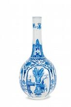 Vase en porcelaine bleu blanc  Chine, fin du XIXème siècle.  En forme de bouteille, la panse à décor de cartouches de qilin, objets, mobilier,  fleurs et rinceaux, surmontée d'un long col tubulaire, marque apocryphe Kangxi  à la base. H. : 30 cm.