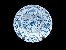 Paire d'assiettes en porcelaine bleu  blanc  Chine, époque Kangxi (1662-1722).  De forme circulaire à la bordure lobée, à décor de  crabe, poissons et plantes aquatiques.  D. : 20 cm.