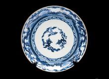 Trois assiettes en porcelaine bleu blanc  Japon, XIXème siècle.  Circulaires, à décor des trois amis : bambous, pins et prunus, au centre  et sur la bordure. D. : 21 cm.