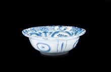 Bol en porcelaine bleu blanc Kraak  Chine, époque Wanli, XVIIème siècle.  La bordure évasée, l'intérieur orné d'un médaillon central à décor  d'une scène animée, entouré de motifs floraux dans des cartouches.  H. : 5 cm.