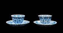 Quatre tasses et sous tasses  en porcelaine bleu blanc  Chine, époque Kangxi (1662-1722).  Les bordures lobées, à décor de fleurs et  feuillages.  H. des tasses : 5 cm. D. des sous tasses : 13,5 cm.