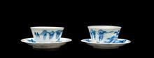 Deux tasses et sous tasses  en porcelaine bleu blanc  Chine, XVIIIème, XIXème siècle.  A décor de paysage montagneux. H. : 5 cm.