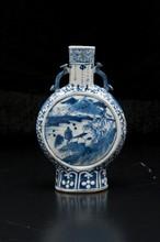 Paire de gourdes en porcelaine bleu blanc  Chine  Reposant sur un petit pied, la bordure lobée, à décor de motifs floraux et bambous. Marque à la base  Hauteur : 22 cm