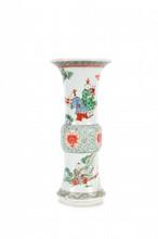 Vase Gu en porcelaine polychrome  Chine, fin du XIXème siècle.  Décoré de scènes animées sur le pied et le col évasés, le centre de lotus et rinceaux. Petit éclat à la base.  H. : 29,5 cm.