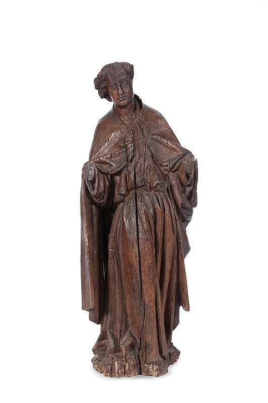 Ange en chêne sculptéEn ronde bosse avec restes de polychromie. Debout, légèrement déhanché avec le buste incliné vers la gauche, il estrevêtu d'une longue robe descendant jusqu'aux pieds et d'une chape accrochée sur la poitrine ; plis lourds et