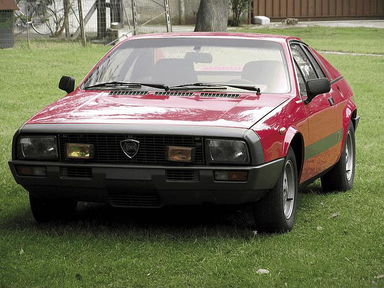 Lancia Beta Montecarlo - 1976 Numéro de châssis : #0001288 La Beta Montecarlo, présentée en 1975, s'adressait à une clientèle avant tout attirée par les coupés aux lignes sportives. La voiture avait été conçue dans l'optique de remplacer la Fiat 124,