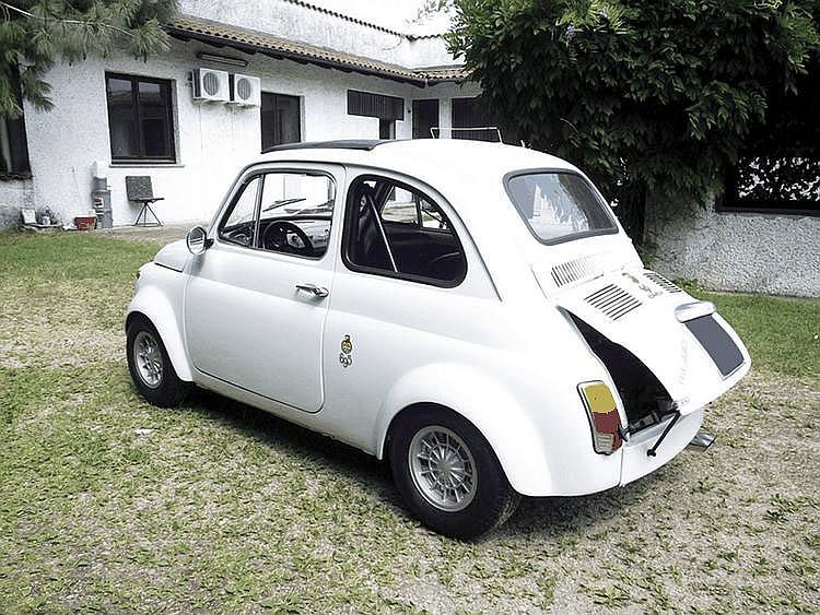 Fiat Abarth 695 SS - 1965 Numéro de châssis : #0851810*0476 Au Salon de Genève 1964, Carlo Abarth présente une nouvelle petite voiture de sport dérivée de la Fiat 500D et destinée notamment à concourir en catégorie 700cm3. En augmentant l'alésage et