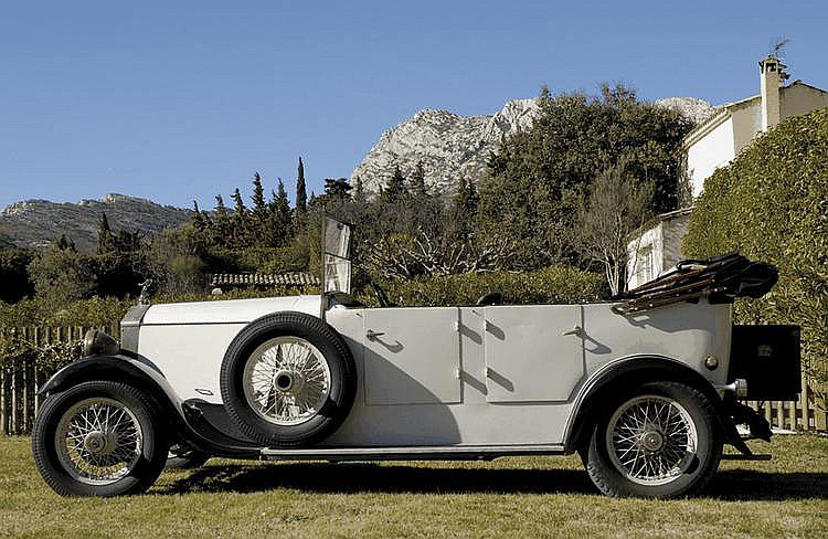 Rolls-Royce 20HP « Twenty » torpédo - 1927 Numéro de châssis : #GHJ60 Au sortir d'un Premier Conflit Mondial qui avait laissé nombre de pays exsangues, le marché de niche que représentait l'automobile de grand luxe, et qui jusqu'alors n'avait cessé