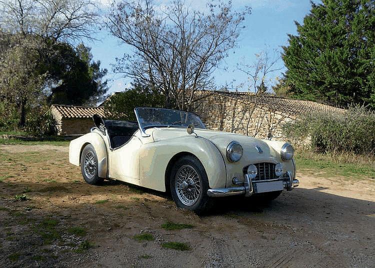 Triumph TR3 - 1956 Numéro de châssis : #TS12750L C'est à l'occasion du Salon Automobile de Londres 1952 que la vénérable Triumph Motor Company présenta un séduisant prototype baptisé Standard Vanguard 20TS (rappelons qu'en 1945, la marque avait été