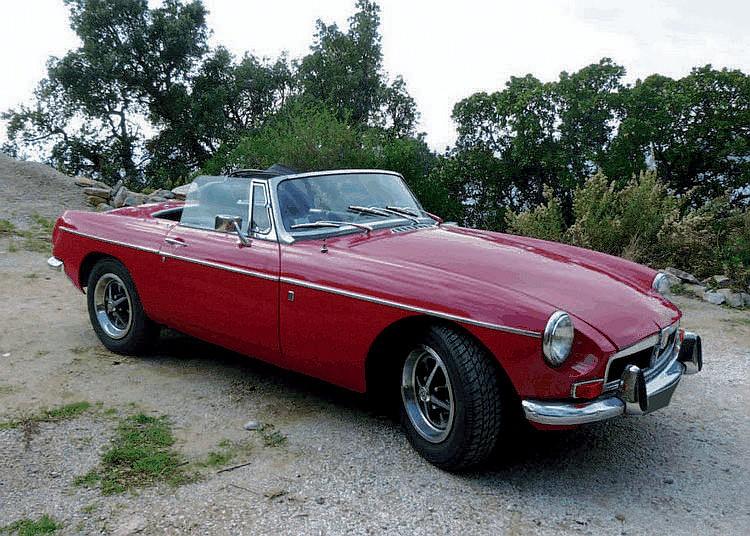 MG B - 1972 Numéro de châssis : #GHN5UC275419G Pour l'historique de la marque, se reporter au lot n°3. La MG B fut présentée au Salon d'Earls Court 1962. C'était une voiture entièrement nouvelle, qui avait la difficile tâche de remplacer la MG A dans