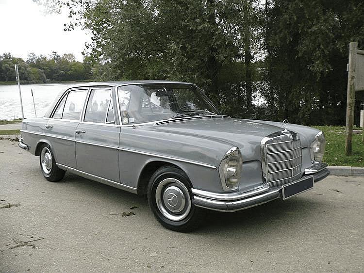 Mercedes- Benz 250S - 1966 Numéro de châssis : #108012-10-029368 En 1965, Mercedes-Benz présente sa nouvelle gamme W108/109, destinée à remplacer la W111 sortie en 1959 et qui avait alors sacrifié à la mode des ailerons « à l'américaine » très en