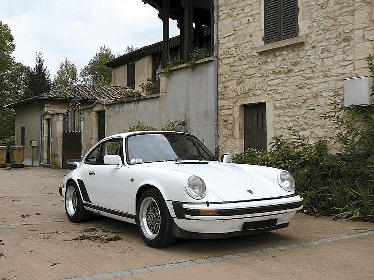 Porsche 911 SC - 1978 (sur carte grise) Numéro de châssis : #9119300146 Lancée en 1977, la Porsche 911 SC remplace les 911 2,7L et Carrera 3.0L. Si le bloc moteur est identique à cette dernière, les arbres à cames et le vilebrequin diffèrent,