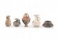 CINQ VASES MINIATURES  En céramique : alabastre, aryballe, amphorisque, aiguière, jarre. Art grec. VIIè-IIIè s. av. J.-C. H. : 3 à 9 cm.
