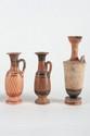 TROIS LÉCYTHES  En céramique décorés de croisillons et de motifs géométriques.  Art grec. Vè-IVè s. av. J.-C.  H. : 10,5 à 14 cm.