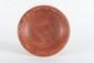 DEUX ASSIETTES  En céramique sigillée rouge, dont une ornée de feuillages en relief sur  le marli. Epoque romaine et gallo-romaine.  D. : 22 et 23,5 cm.