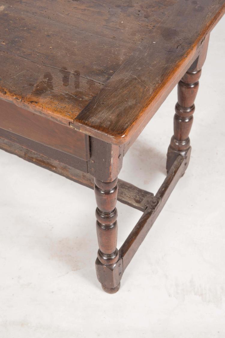 Table bureau de style louis xiii en noyer plateau rectangu for Bureau style louis 13