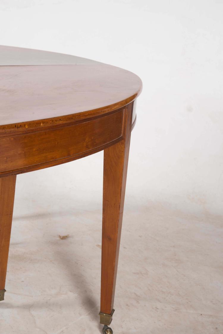 Table de salle manger plateau ovale ouvrant sur huit pie for Table salle a manger solde