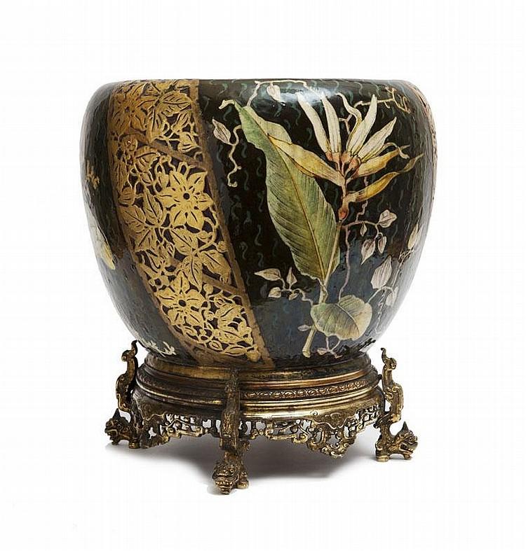 FERNAND ThEsmAR (1843-1912)Important cache-pot rond en céramique à décor floral polychrome etnaturaliste stylisé doré sur fond noir à flammèches bleues. Monturejaponisante dans le goût de L'escalier de cristal. Monogrammé endessous du